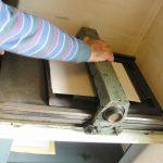L'operazione di stampa tramite pressione su un torchietto manuale